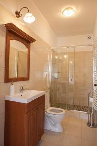 A bathroom at Wekler Családi Pincészet és Panzió