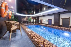 Der Swimmingpool an oder in der Nähe von Marins Park Hotel Yekaterinburg