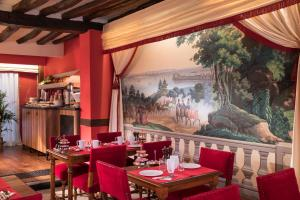 A restaurant or other place to eat at Hotel Des Deux Continents