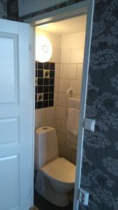 A bathroom at Hotell Edgar & Lilla Kök