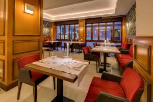 A restaurant or other place to eat at Grande Albergo Roma