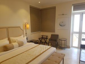 A bed or beds in a room at Hotel Harbour View Colaba