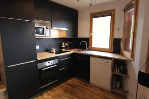 A kitchen or kitchenette at Temples du Soleil Nazca Appartements Val Thorens Immobilier