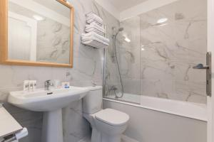 A bathroom at Ruc Hotel Cannes