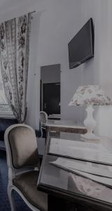 A television and/or entertainment center at Ruc Hotel Cannes