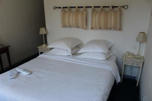 A bed or beds in a room at Ruc Hotel Cannes