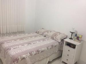 A bed or beds in a room at Apto 2qtos na PRAIA DO CANTO