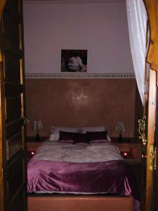 A bed or beds in a room at Riad Schanez