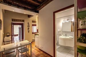 A bathroom at Apartments in Trastevere Toc Toc...