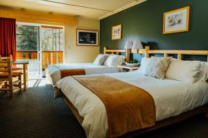 A bed or beds in a room at Seward Windsong Lodge
