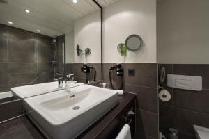 A bathroom at Wyndham Grand Salzburg Conference Centre