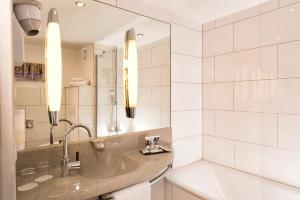 A bathroom at Mercure Bonn Hardtberg