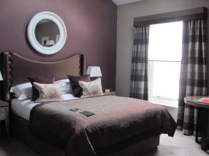 A bed or beds in a room at Macdonald Windsor