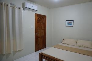 A bed or beds in a room at Alimpay Foresters Apartment