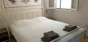 Ένα ή περισσότερα κρεβάτια σε δωμάτιο στο Home by the Canal, Lefkada Town