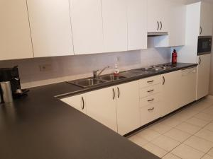 A kitchen or kitchenette at Bristol Palace 6C