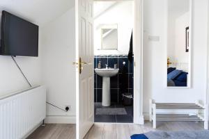 A bathroom at 9 Kingscourt House
