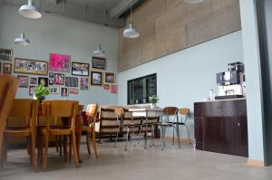 A restaurant or other place to eat at Depot 195 - Hostel Winterthur