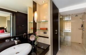 A bathroom at Ramada Plaza by Wyndham Bangkok Menam Riverside