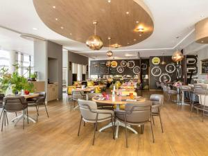 A restaurant or other place to eat at Novotel Paris Roissy CDG Convention