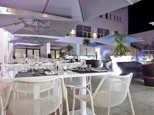 Un restaurante o sitio para comer en Novotel Avignon Centre