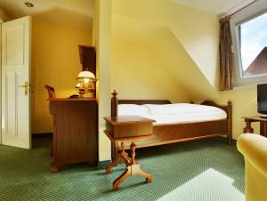 A bed or beds in a room at Hotel Bellmoor im Dammtorpalais
