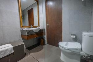 Salle de bains dans l'établissement Puri Artha Hotel