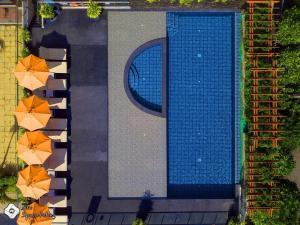 วิวสระว่ายน้ำที่ New Square Patong Hotel หรือบริเวณใกล้เคียง