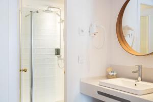 Ванная комната в The 15th Boutique Hotel 4*