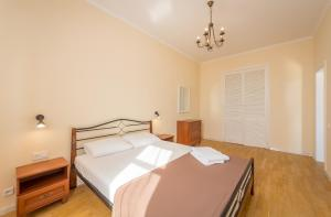 A bed or beds in a room at Arena Apartments Baseina Area