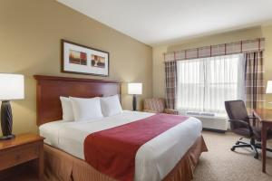 A bed or beds in a room at Country Inn & Suites by Radisson, Harrisburg at Union Deposit Road, PA