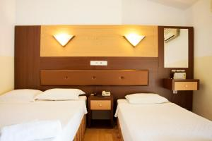 A bed or beds in a room at Wassermann Hotel