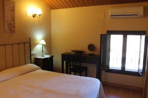 A bed or beds in a room at La Bodega Del Camino
