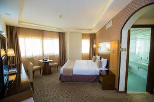 Кровать или кровати в номере Fortune Plaza Hotel, Dubai Airport
