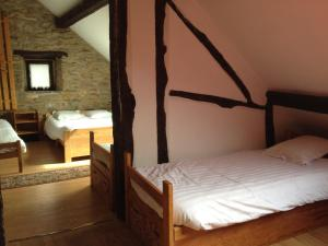 A bed or beds in a room at Vennhaus 33 pers