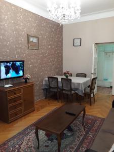 Uma TV ou centro de entretenimento em F.Amirov