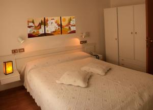 A bed or beds in a room at Hotel Aggravi