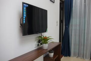 A television and/or entertainment centre at Hanoi Luxury House & Travel