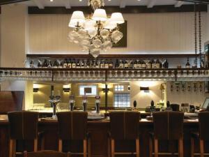 Un restaurante o sitio para comer en Fox and Grapes