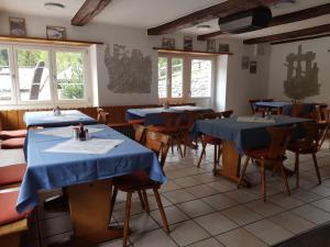 Ein Restaurant oder anderes Speiselokal in der Unterkunft Hotel Restaurant Edelweiss