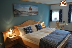 Ein Bett oder Betten in einem Zimmer der Unterkunft Gasthaus Tübli Gersau
