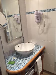 Ein Badezimmer in der Unterkunft Hôtel la Croix Blanche