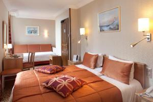 Ein Bett oder Betten in einem Zimmer der Unterkunft Hôtel la Croix Blanche