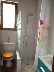 A bathroom at Gîte Habas