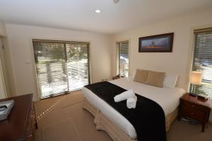 A bed or beds in a room at Snowbound 1