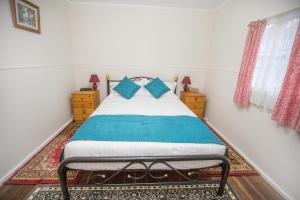 A bed or beds in a room at Rosedale Cottages