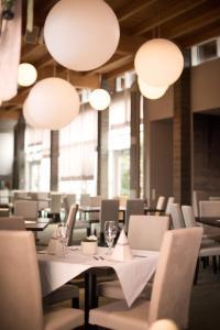 Ein Restaurant oder anderes Speiselokal in der Unterkunft Landhotel Bad Dürrenberg