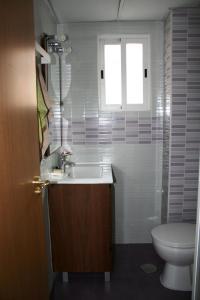 A bathroom at Climatizado, sencillo y con WIFI