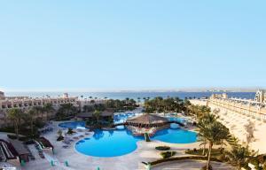 منظر المسبح في Otium Pyramisa Beach Resort Sahl Hasheesh او بالجوار
