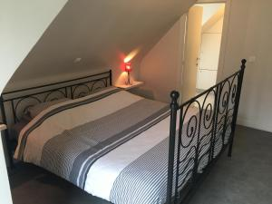 A bed or beds in a room at Residentie Week-end Elisalaan